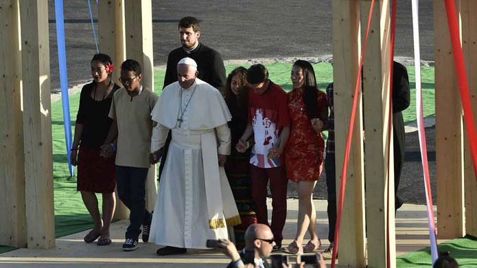 Giovani con papa Francesco verso il sinodo